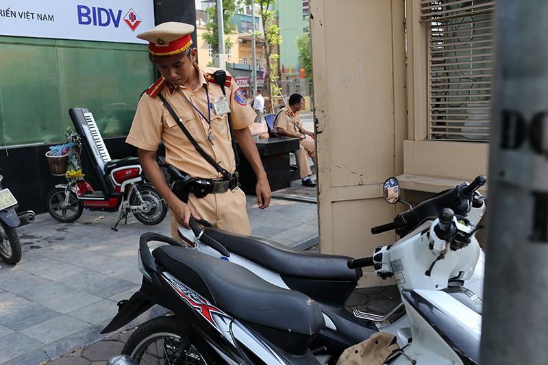 Đôi nam nữ cầm kéo, dàn cảnh trộm điện thoại giữa phố - 1