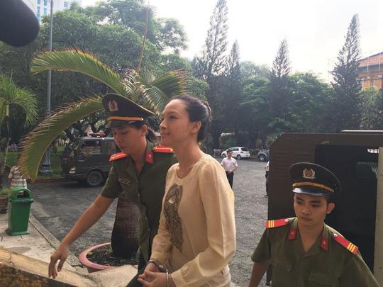Hoa hậu Phương Nga khai có hợp đồng tình cảm với đại gia - 1