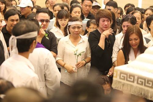 Nghẹn ngào giây phút trước khi hỏa táng ca sĩ Minh Thuận - 2