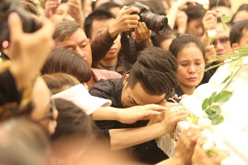 Nghẹn ngào giây phút trước khi hỏa táng ca sĩ Minh Thuận - 3