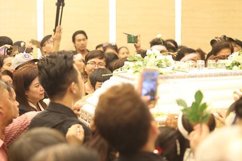 Nghẹn ngào giây phút trước khi hỏa táng ca sĩ Minh Thuận - 7