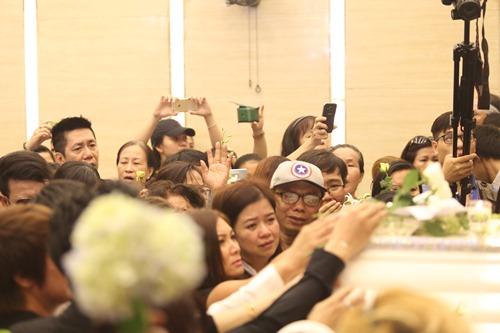 Nghẹn ngào giây phút trước khi hỏa táng ca sĩ Minh Thuận - 9