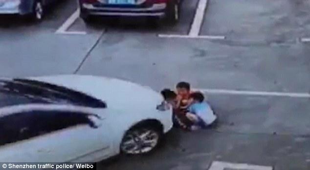 Video: 3 em nhỏ TQ bị ô tô chẹt ngang người vẫn sống sót - 1