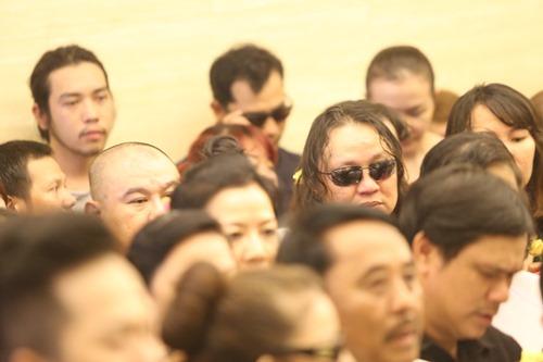 Ca sĩ Nhật Hào bị móc iPhone trong đám tang Minh Thuận - 1