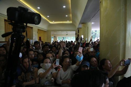 Ca sĩ Nhật Hào bị móc iPhone trong đám tang Minh Thuận - 2