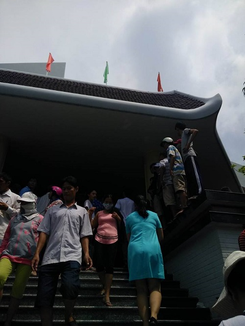 Ca sĩ Nhật Hào bị móc iPhone trong đám tang Minh Thuận - 4