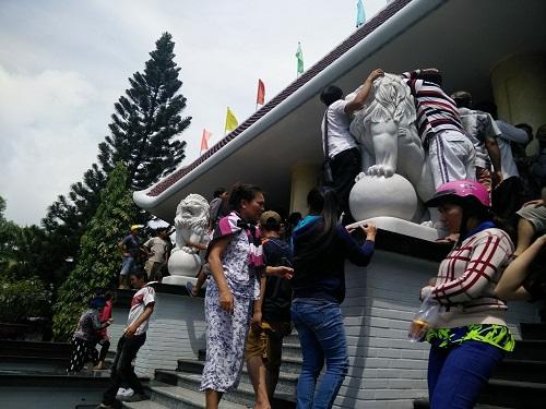 Ca sĩ Nhật Hào bị móc iPhone trong đám tang Minh Thuận - 3
