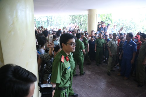 Ca sĩ Nhật Hào bị móc iPhone trong đám tang Minh Thuận - 5