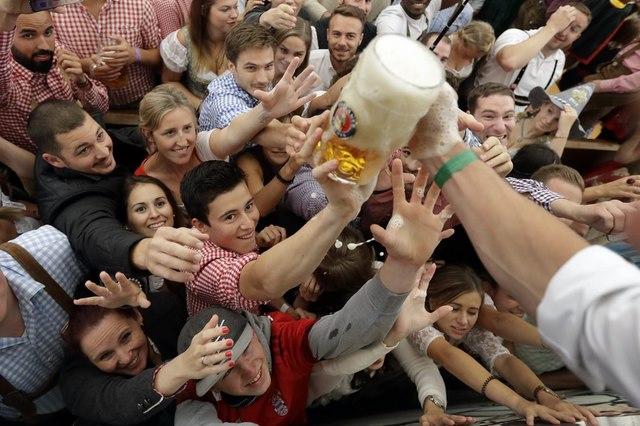 Cận cảnh lễ hội bia hoành tráng nhất thế giới - 3