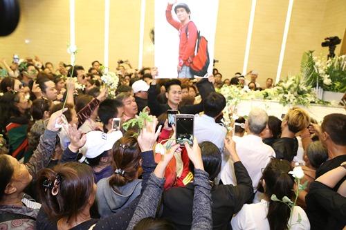 Nghẹn ngào giây phút trước khi hỏa táng ca sĩ Minh Thuận - 12