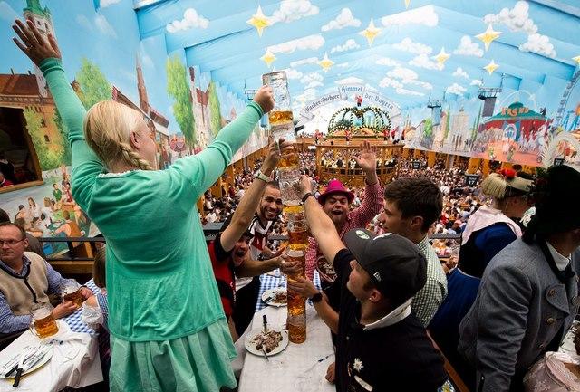 Cận cảnh lễ hội bia hoành tráng nhất thế giới - 6