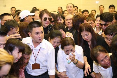 Nghẹn ngào giây phút trước khi hỏa táng ca sĩ Minh Thuận - 16