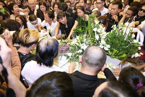 Nghẹn ngào giây phút trước khi hỏa táng ca sĩ Minh Thuận - 13