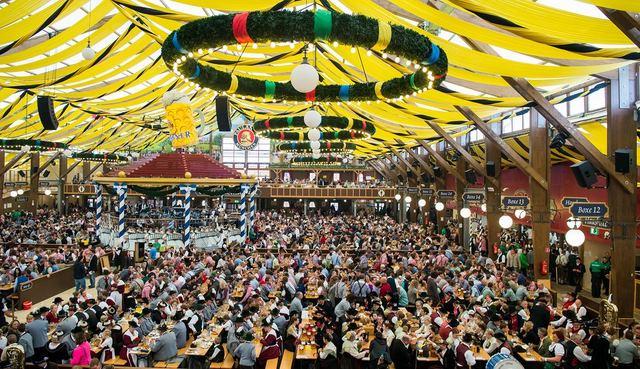 Cận cảnh lễ hội bia hoành tráng nhất thế giới - 8