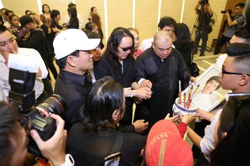 Nghẹn ngào giây phút trước khi hỏa táng ca sĩ Minh Thuận - 17