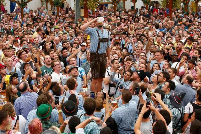 Cận cảnh lễ hội bia hoành tráng nhất thế giới - 11