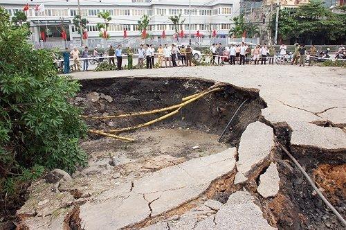 """Hé lộ nguyên nhân xuất hiện """"hố tử thần"""" 100m² ở Quảng Ninh - 1"""