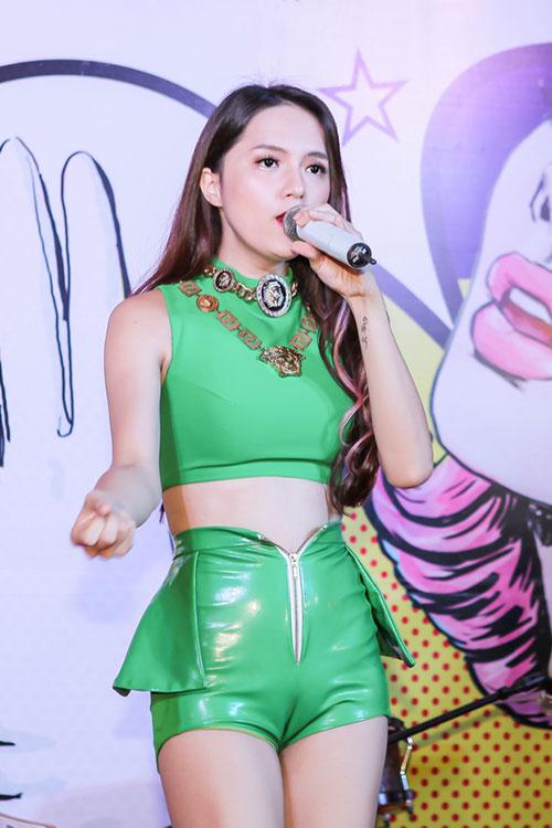 """Hương Giang Idol ngày càng """"nóng"""" với váy áo táo bạo - 6"""