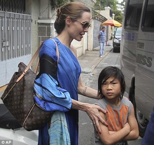 Những kỷ niệm đẹp của Jolie-Pitt trong 4 lần đến Việt Nam - 5