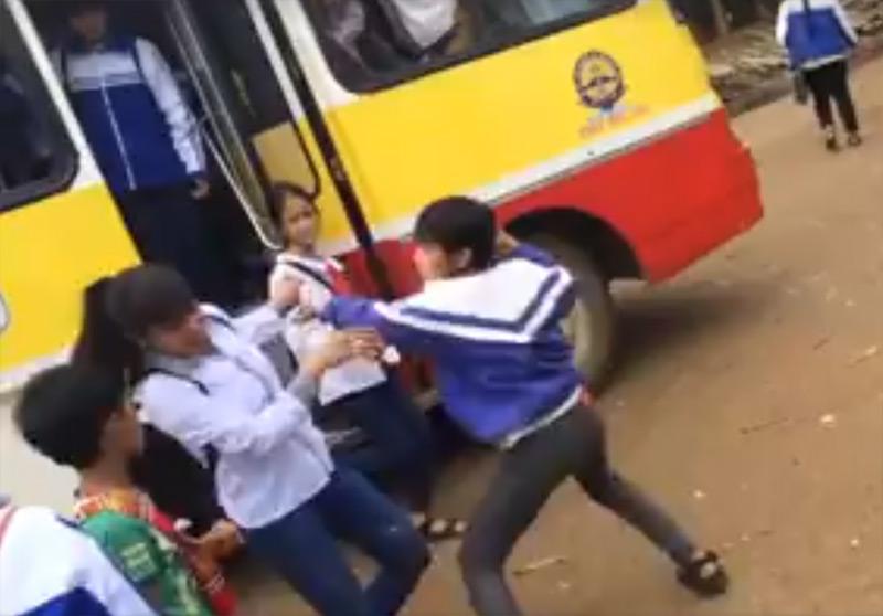 Clip: Nam sinh lớp 8 đánh nữ sinh lớp 10 gục xuống đất - 1