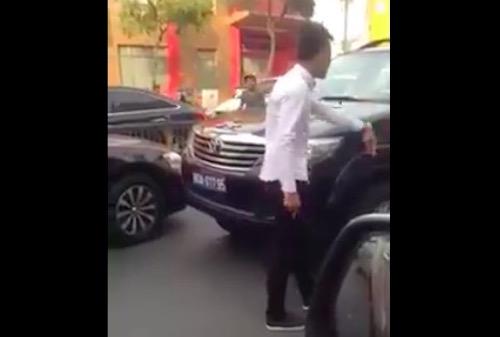Kỷ luật tài xế xe biển xanh chạy ngược chiều ở Sài Gòn - 1