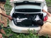 Tin tức trong ngày - Chở thuốc lá lậu gây tai nạn, tài xế lao ôtô xuống kênh