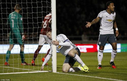Fan MU chán nản vì Rooney, Mourinho vẫn cưng chiều - 2