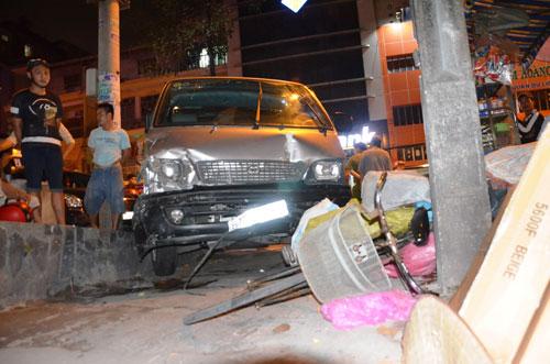 """Một phụ nữ bị ô tô """"điên"""" tông dính chặt vào cột điện - 1"""