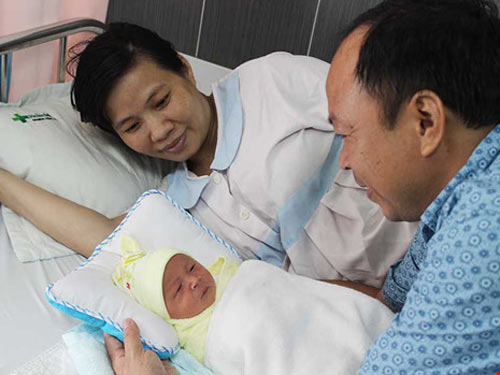 Mổ lấy thai 3,2 kg cùng khối u nặng gần 6 kg - 1
