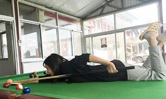 Mỹ nữ bắn cung gây sốt, tạo dáng khó đỡ trên bàn bida - 6