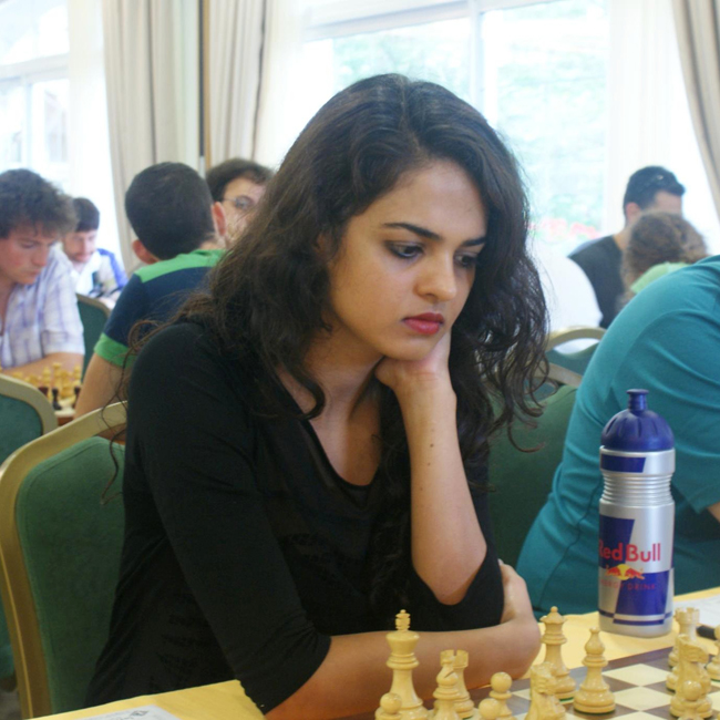 Tania Sachdev sinh năm 1986 tại Delhi, Ấn Độ. Cô từng là nhà vô địch của hai giải đấu danh giá trong làng cờ vua là International Master và Woman Grandmaster.