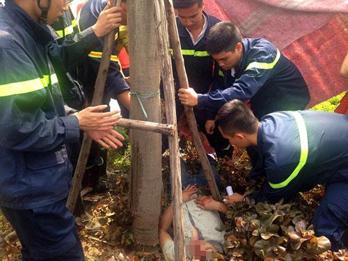 Đi chữa cháy, cứu nam thanh niên mắc kẹt trong gốc cây - 1