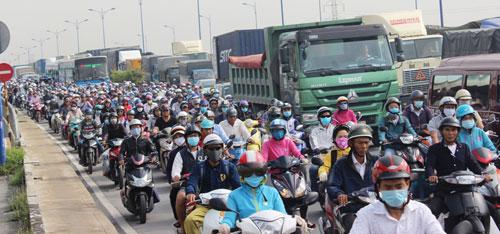 """3 xe tông nhau dưới dốc cầu, cửa ngõ Sài Gòn """"tê liệt"""" - 2"""