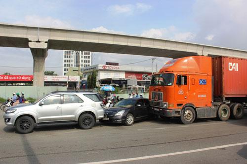 """3 xe tông nhau dưới dốc cầu, cửa ngõ Sài Gòn """"tê liệt"""" - 1"""