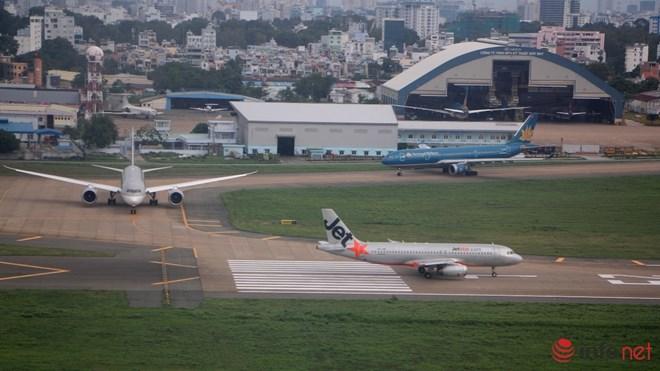 """Lắp máy bơm """"cứu"""" sân bay Tân Sơn Nhất khỏi ngập - 1"""