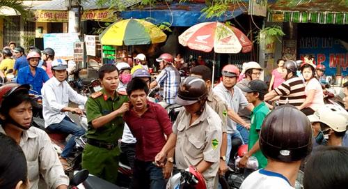 """Cô gái dùng mũ bảo hiểm """"hạ gục"""" tên cướp ở Sài Gòn - 1"""