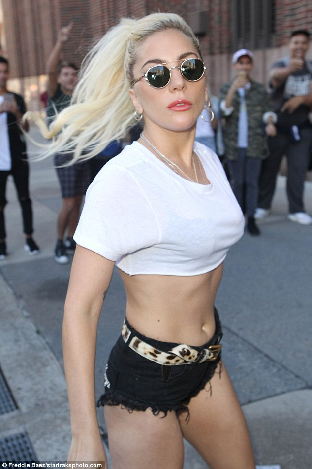 Nghẹt thở với kiểu áo quần 5cm của Lady Gaga - 1