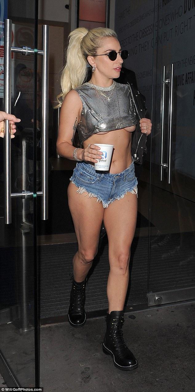 Nghẹt thở với kiểu áo quần 5cm của Lady Gaga - 3