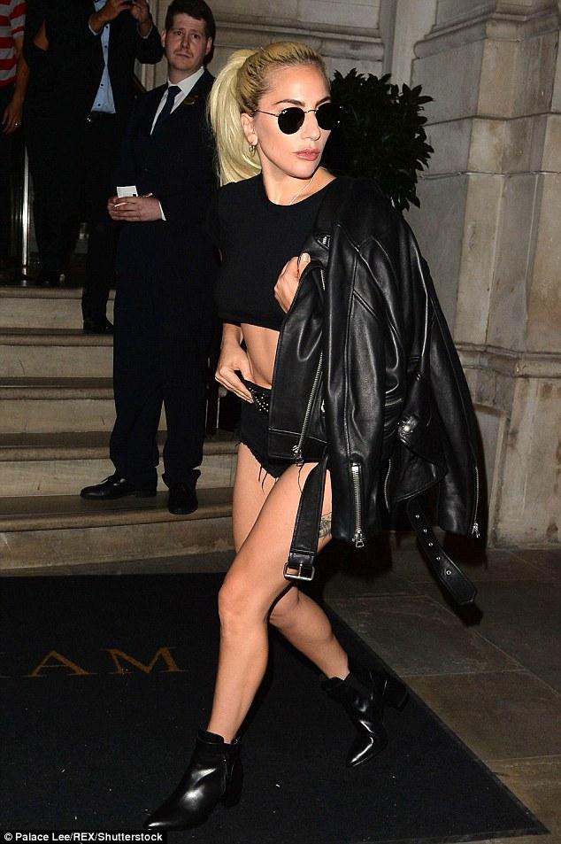 Nghẹt thở với kiểu áo quần 5cm của Lady Gaga - 12
