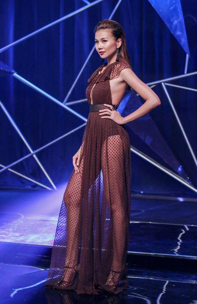"""Người đẹp sở hữu đôi chân thuộc top 5 dài nhất showbiz Việt (1m12) và đây cũng là  """" vũ khí """"  giúp Thanh Hằng  hái ra tiền  với hàng loạt những hợp đồng quảng cáo béo bở."""
