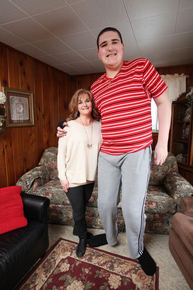 Mỹ: Chàng khổng lồ 2m34 khốn khổ vì không thể ngừng cao - 4