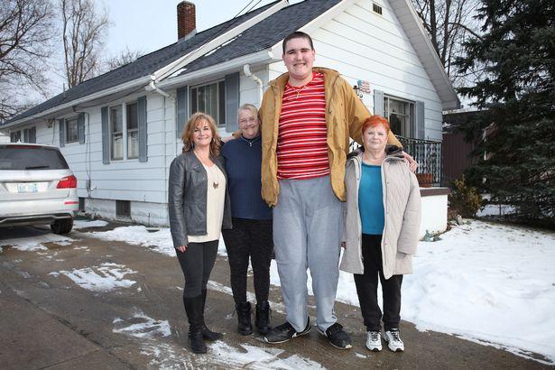 Mỹ: Chàng khổng lồ 2m34 khốn khổ vì không thể ngừng cao - 1