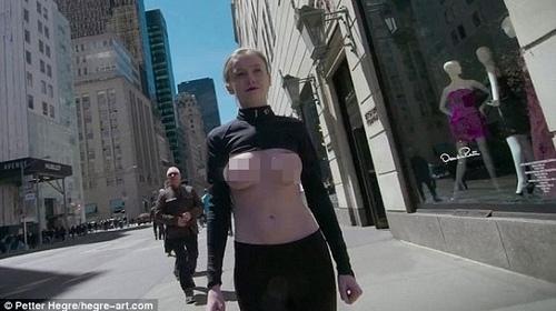 Người đẹp táo bạo thả ngực trần trên phố gây sốc - 1