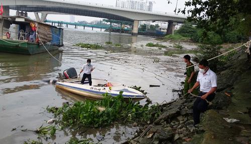 Xác người cùng ba lô chứa đá nổi trên sông Sài Gòn - 1