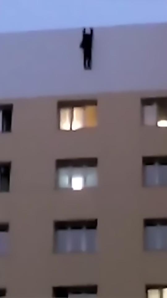 Video: Hãi hùng thanh niên trượt chân từ nóc nhà 9 tầng - 2