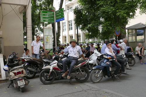 BV Bạch Mai đóng cửa bãi gửi xe: Bộ Y tế lên tiếng - 1