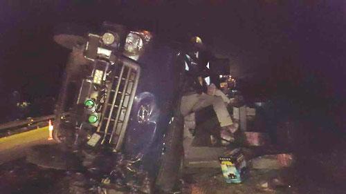 Lật xe tải trên cao tốc, hai người mắc kẹt trong cabin - 1