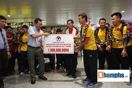 ĐT futsal Việt Nam về nước được thưởng nóng 1,5 tỷ đồng - 7
