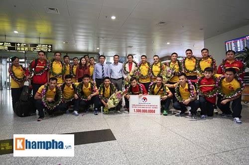 ĐT futsal Việt Nam về nước được thưởng nóng 1,5 tỷ đồng - 8