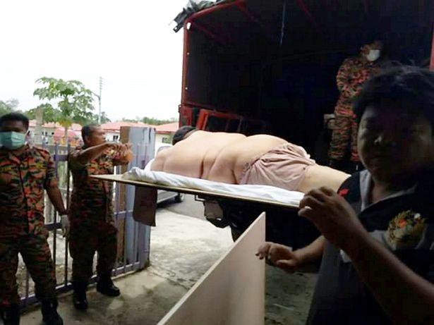Người đàn ông béo phì phải nhập viện bằng xe tải hạng nặng - 2